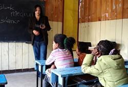 Maestra voluntaria durante una clase en Etiopía