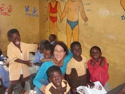 Voluntaria profesional con estudiantes en el proyecto de educación especial en Ghana