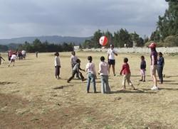 Profesor voluntario durante una clase de educación física en Etiopía