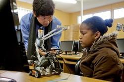 Voluntario informático dando una clase en Sudáfrica