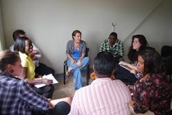 Voluntaria dando una clase de alfabetización en Jamaica