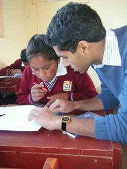 Profesor de matemáticas realiza su voluntariado con estudiantes en Perú