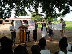 Un voluntario del proyecto en Ghana revisa un caso judicial con la población local.