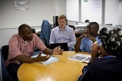 Voluntarios de leyes y Derechos Humanos debaten sobre los problemas de justicia social con el personal local