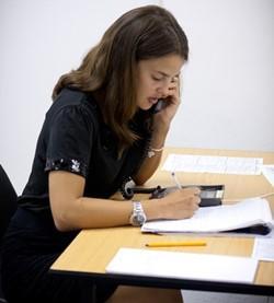 Voluntaria por los derechos humanos realizando llamadas para interesarse por los asuntos jurídicos en Camboya.