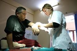 Acupuntor experimentado aplica acupuntura en Nepal