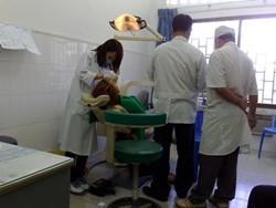 Dentista voluntario atendiendo a un paciente en una clínica en Camboyaa