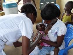 Enfermera profesional trata a una madre y a su hijo en el proyecto para enfermeros de Ghana