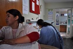Enfermeros profesionales voluntarios trabajando con el personal local en Perú
