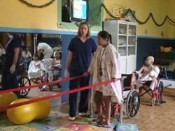 Fisioterapeuta profesional ayuda en su rehabilitación a una paciente en Bolivia