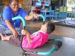 Fisioterapeuta profesional tratando a un niño en Samoa.