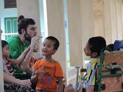 Voluntario juega con niños discapacitados en nuestro proyecto para logopedas profesionales en Vietnam
