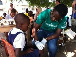 Voluntaria en uno de nuestros proyectos de medicina atiende a un niño herido