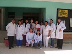 Equipo de voluntarios profesionales en uno de nuestros proyectos médicos en Bolivia