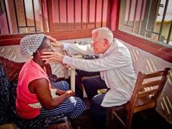 Médico titulado examina a un paciente en uno de nuestros proyectos en Ghana.