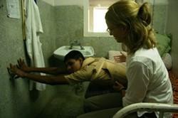 Médico voluntario asiste a un paciente en uno de nuestros centros en Nepal