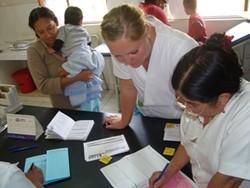 Profesional voluntaria trabajando in situ con el personal local en el proyecto nutrición Bolivia