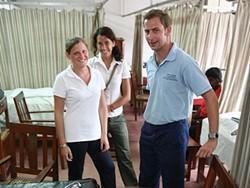 Oftalmólogos profesionales voluntarios trabajan en clínicas locales de Nepal