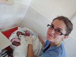 Matrona voluntaria junto a trillizos recién nacidos en un hospital en Tanzania