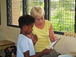 Logopeda profesional voluntaria asistiendo a un niño en nuestro proyecto de Fiji