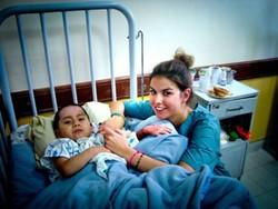 Terapeuta ocupacional profesional voluntaria con un niño en uno de nuestros centros en Bolivia