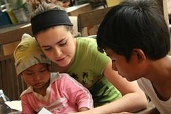 Terapeuta ocupacional profesional realizando un voluntariado en Camboya