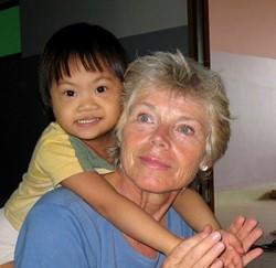 Voluntaria profesional con un niña en el proyecto de terapia ocupacional en Camboya