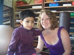 Voluntaria con un niño nepalí en el proyecto para terapeutas ocupacionales de Nepal