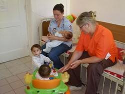 Terapeutas ocupacionales profesionales trabajando con niños en Rumanía