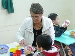 Terapeuta ocupacional profesional realiza un voluntariado con niños en Vietnam
