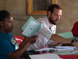 Asesores financieros profesionales trabajan en proyectos en el extranjero para mejorar las economías locales