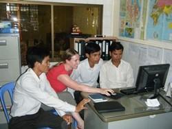 Asesor voluntario profesional prepara trabajo de consultoría
