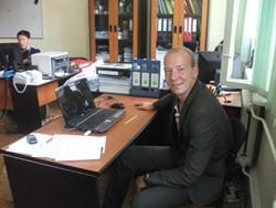Economista voluntario en una oficina en Mongolia.