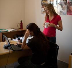 Voluntaria en uno de nuestros proyectos de periodismo trabaja en una de las oficinas de Projects Abroad