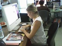 Voluntaria del Proyecto de Periodismo de Difusión escribiendo una historia.