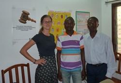 Los voluntarios trabajan codo con codo con el personal togolés