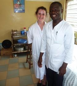 Psicólogo voluntario trabaja con el personal local en una clínica