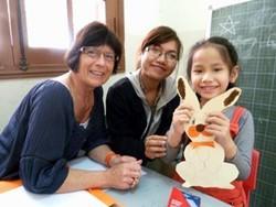 Psicóloga voluntaria se toma una foto con uno de los niños después de uno de los talleres de manualidades.