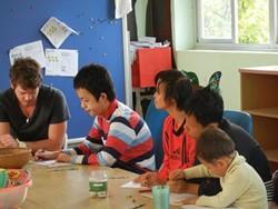 Psicólogo profesional voluntario trabajando con niños en Vietnam.