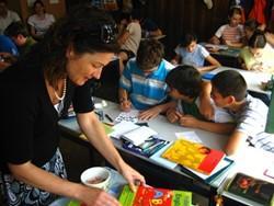Arteterapeuta voluntaria trabajando con niños en uno de los centros en Rumanía.
