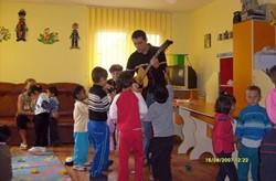 Uno de los expertos en Arteterapia baila con los niños de un centro en Rumanía.