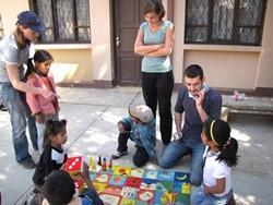 Trabajadores sociales voluntarios realizan actividades al aire libre con algunos niños.