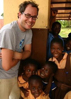 Trabajador social voluntario en uno de nuestros centros en Gana.