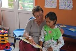 Trabajadores sociales con experiencia colaborando con niños en Rumanía.