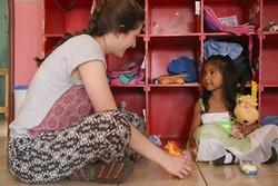 Voluntaria en trabajo social juega con una niña en uno de nuestros proyectos en Costa Rica