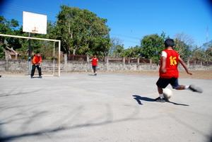 Niños de una escuela de Costa Rica jugando fútbol como parte del Proyecto de Deportes Escolares