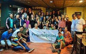 Voluntarios de Projects Abroad junto al personal local posan para una fotografía en Filipinas, al sudeste de Asia.