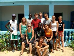 Voluntarios en un proyecto en Senegal posan para la cámara luego de una mañana de trabajo