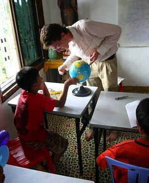 Voluntaria en Camboya enseñando los países en inglés