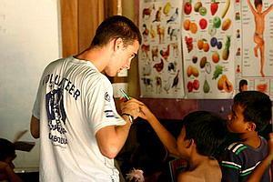 Voluntario enseñando inglés a niños Camboya